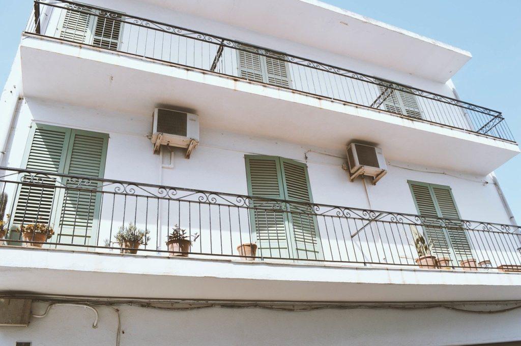 https://pixabay.com/it/photos/condominio-vecchia-casa-costruzione-1082094/